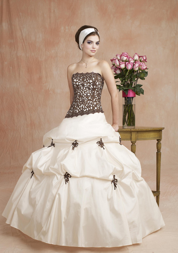 f663f950a Freesia - ١٠ نصائح عند إختيار فستان الخطوبة