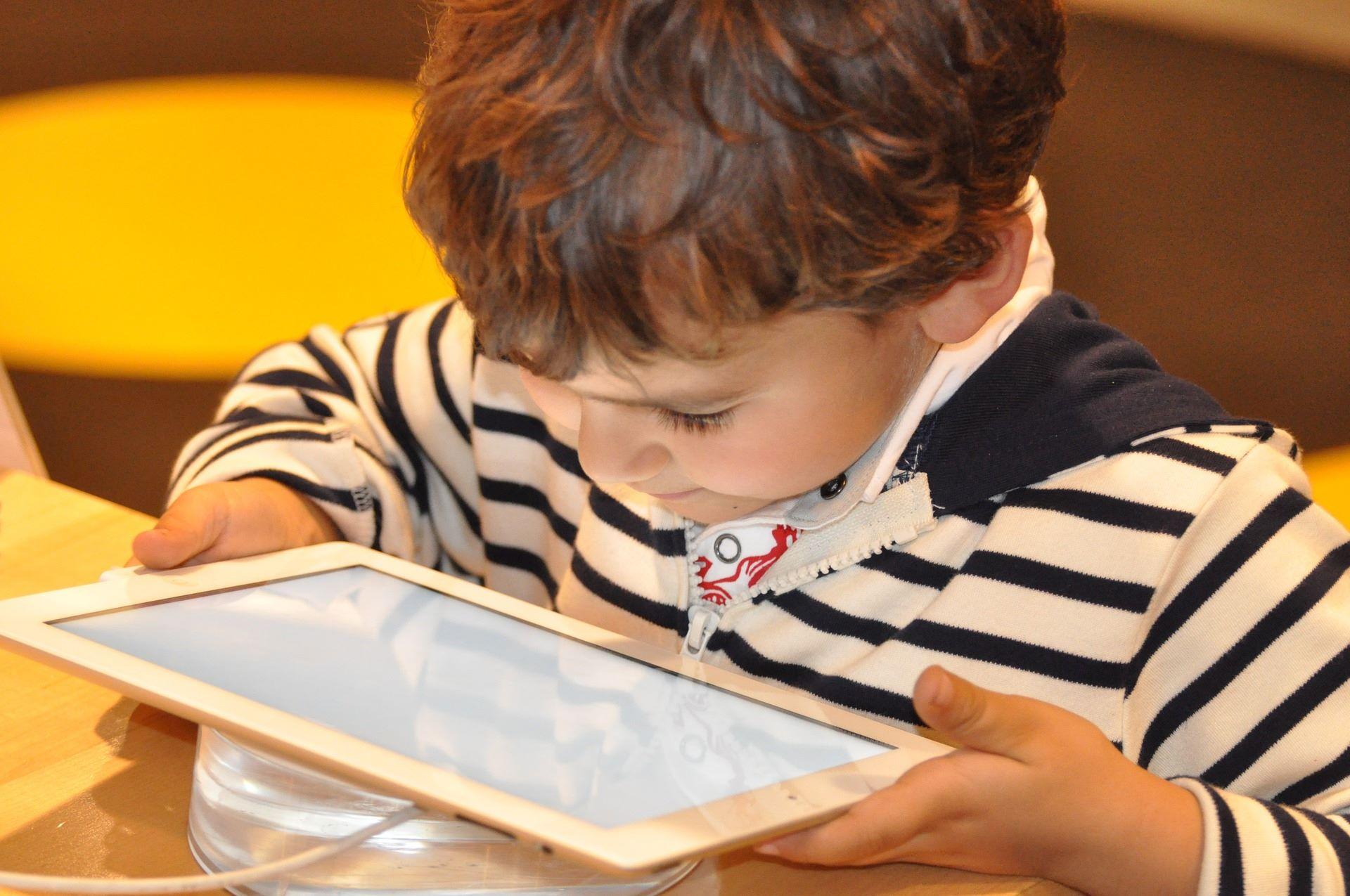 انقذي طفلك من خطر الأجهزة الألكترونية